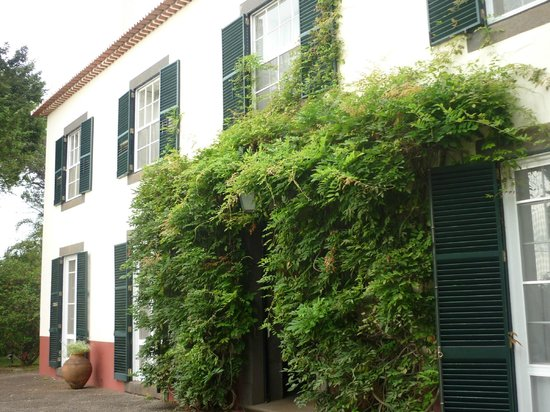Quinta da Bela Vista : Dinner is served outside this building, which also has the library