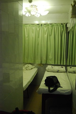Cosmic Guest House Hong Kong: tiny room