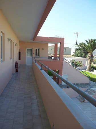 Sevi Apartments Kos: Corridoio che porta verso i vari appartamenti
