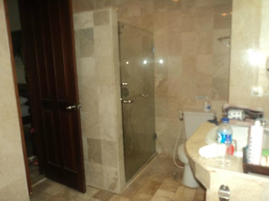 Hotel Kumala Pantai: bathroom two