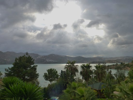 Hotel La Vinuela : View across the lake after thunder storm