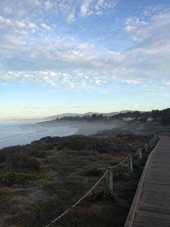 Sand Pebbles Inn: Morning walk