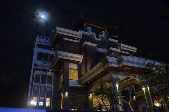 The Vira Bali Hotel: Hotel at night