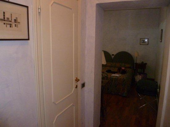 Aurora Hotel: La nostra stanza dall'entrata
