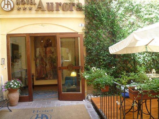 Aurora Hotel: Entrata con la veranda