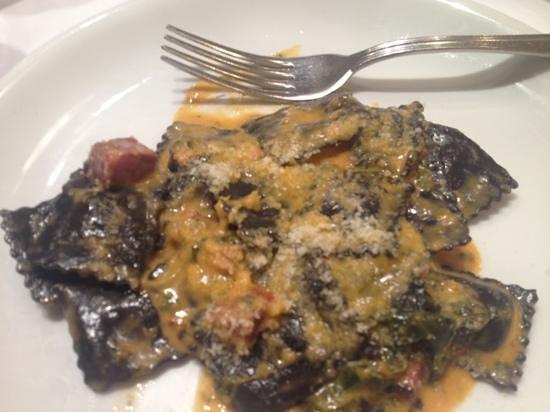 La Tagliatella: Tortellini nero di sepia con salsa de ibérico y verduras