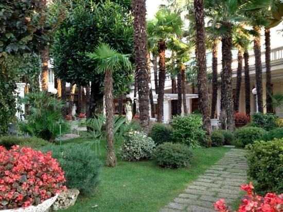 Grand Hotel Trieste & Victoria : Garten mit Bar