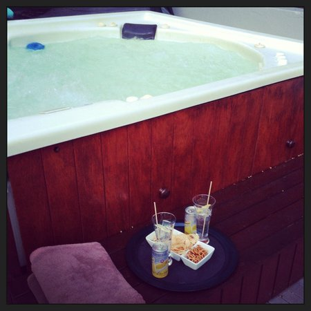 2Inn1  Kensington: Hot tub and sundowner time :)