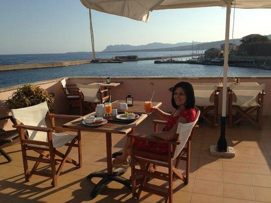 Amphora Hotel : Enjoying breakfast on the hotel balcony