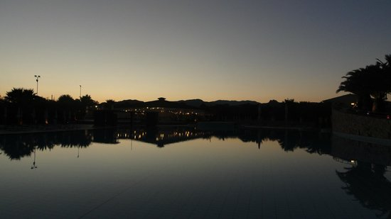 Tirreno Resort: Pool mit Blick auf's Restaurant Liberotto