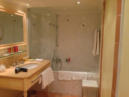 Hotel Koenigshof: ванная комната в джуниор сюте