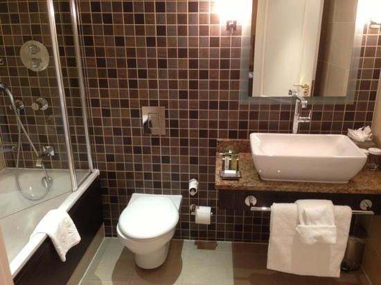 Doubletree by Hilton, Dunblane-Hydro: Clean Modern Bathroom