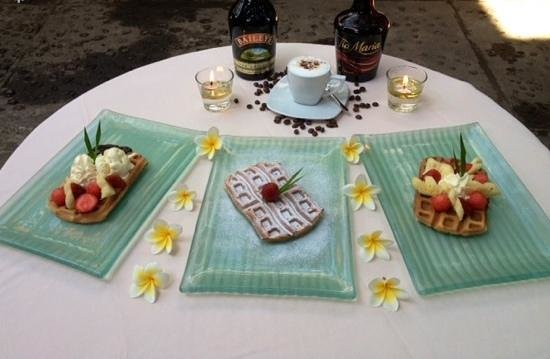 Chonos Hotel : nice waffle with fruit or ice Cream