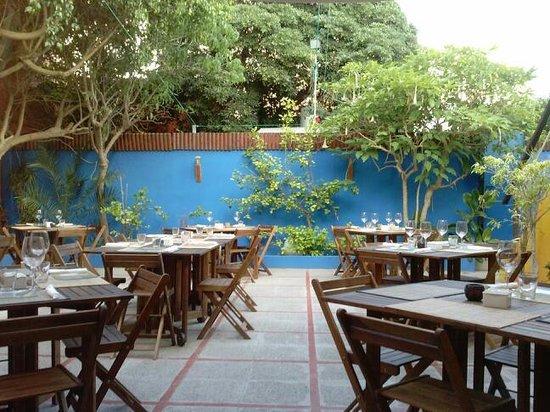 FUSION CAFE LOUNGE : el patio del restaurante