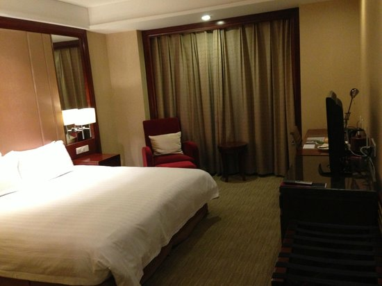 Crowne Plaza Nanjing Hotel & Suites: room with king bed