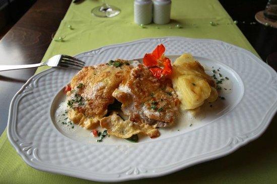 Restaurant Goldenes Fass: Kalbsschnitzel in einer Käse-Eihülle