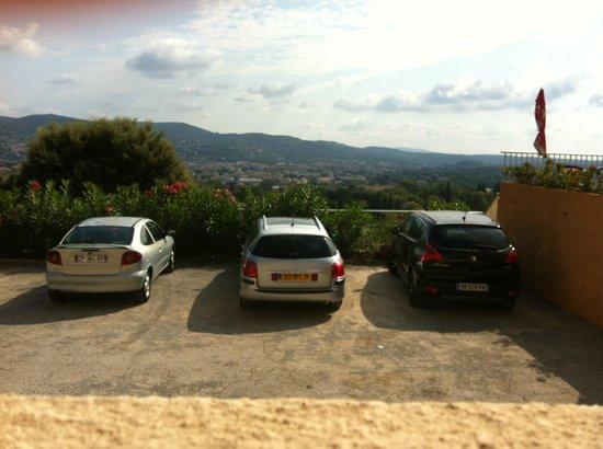 Hotel Le Col de l'Ange-Restaurant Panoragrill : vue panoramique sur le parking depuis la chambre