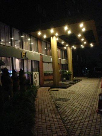 FX Hotel Shanghai North Bund: Front entrance