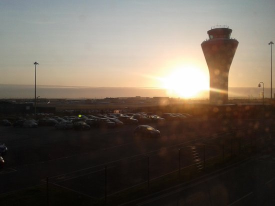 Travelodge Birmingham Airport: Sunrise over the Aiport