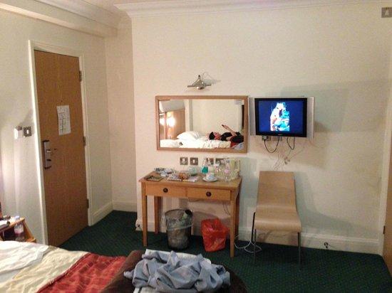 Queensway Hotel: Chambre triple
