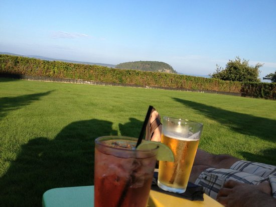 Balance Rock Inn: enjoying a cocktail overlooking the ocean