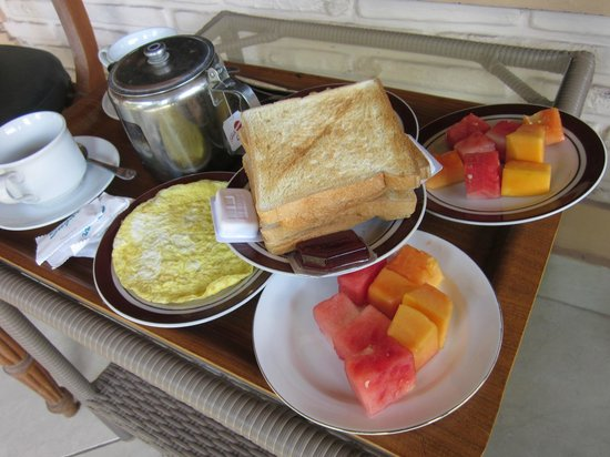 Fat Yogi Cottages : breakfast, omelet, fruits, tea and toast