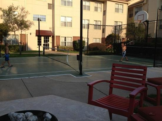 Residence Inn Arlington: tennis/basket ball court
