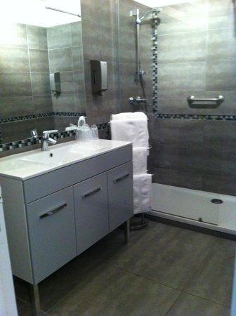 Hotel des Granges : bagno con doccia