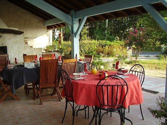 Gite Hias : Petits déjeuners à l'extérieur l'été