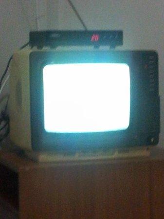 Riviera Hotel Brasilia : tv do quarto... m senti nos anos 70
