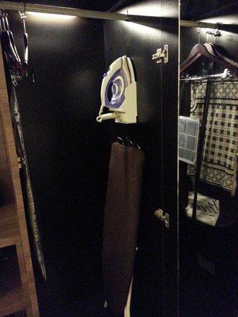 Frenz Hotel: Iron & ironing board plus the prayer mat