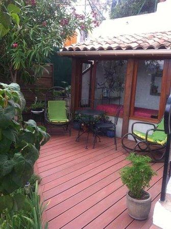 Au Jardin de Victorine : terrasse appartenant a la chambre Flore
