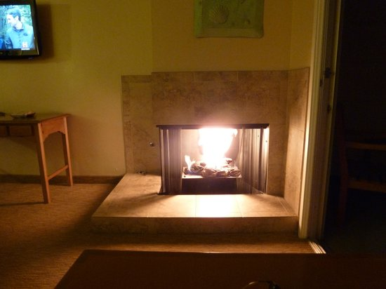 BEST WESTERN PLUS Carmel Bay View Inn: THE FIREPLACE IN THE EVENING