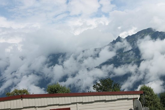 Camping Lazy Rancho: Na een regenachtige dag trekken de wolken tegen de berg omhoog