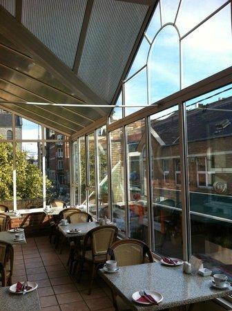 The Boutique Hotel: heller Frühstücksraum mit Wintergartenatmosphäre