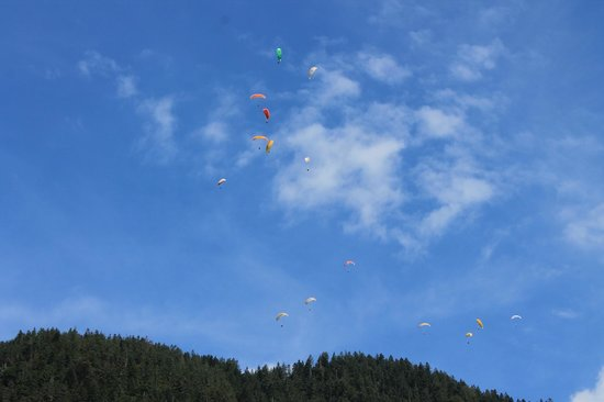 Camping Lazy Rancho : De hele dag door paragliders in de lucht