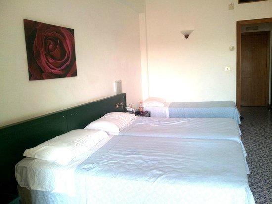 Saracen Resort Beach & Congress Hotel: Familienzimmer (ein weiteres Bett war im Durchgang)