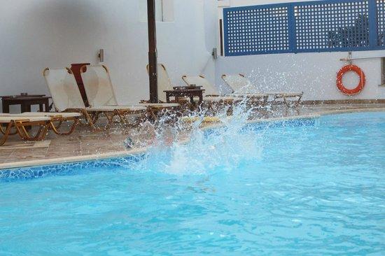 Hotel Villa Adriana: Un coin de la piscine : transats, eau très propre et sécurité, tout y est.