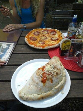 Pizzeria Tutto Al Forno: Calzone im Fordergrund