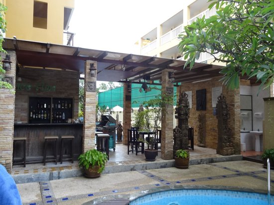 Poppa Palace Hotel Phuket: Bar & Grill between the 2 pools