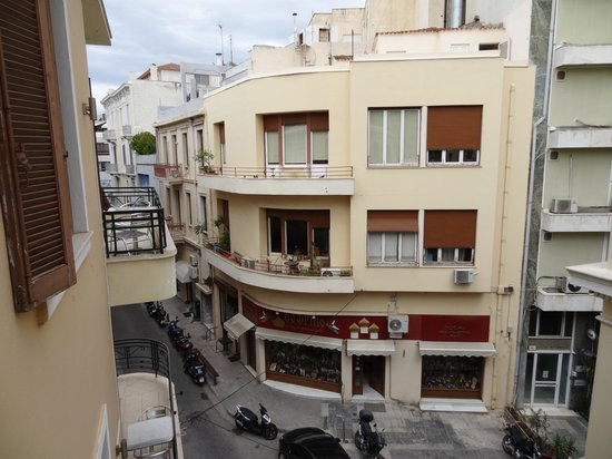 Kimon Athens Hotel: View down the street from the balcony