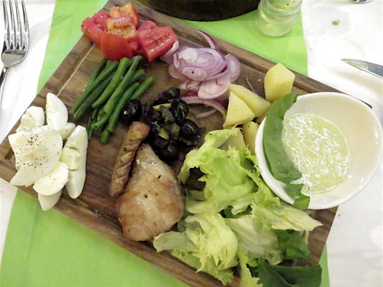 6 Degrees South Grill and Wine Bar: Salad nicoise - all dishes served on a chopping board