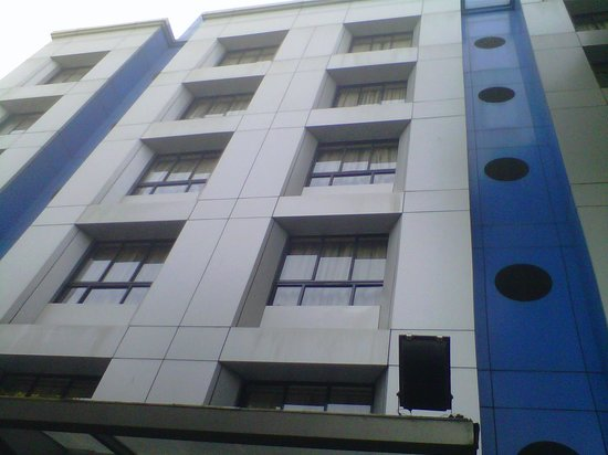 Park Central Comfort-e-suites: Front of the Hotel