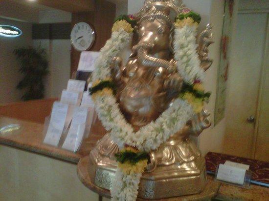 Park Central Comfort-e-suites: Ganpati Bappa Big Idol at the Reception