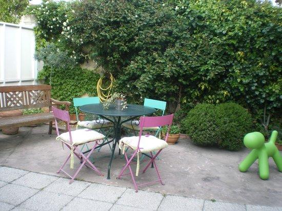 Chez Marie: Giardino esterno