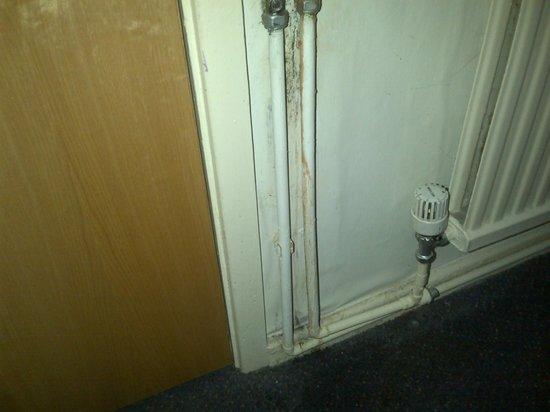 Premier Inn Knutsford (Bucklow Hill) Hotel: Dirty walls