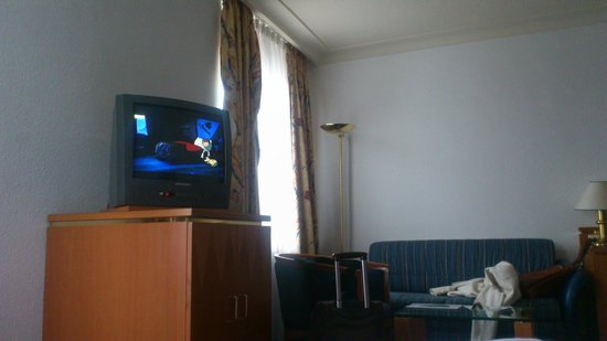 Leonardo Royal Hotel Mannheim: The room with old TV