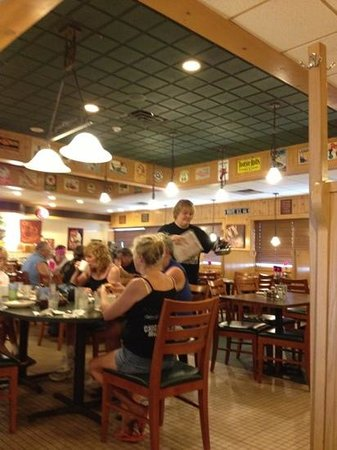 Dixie Cafe: nice atmosphere.. waitress very nice.. food was good.. clean restrooms