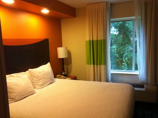Fairfield Inn & Suites Houma: King size bed Rm 301