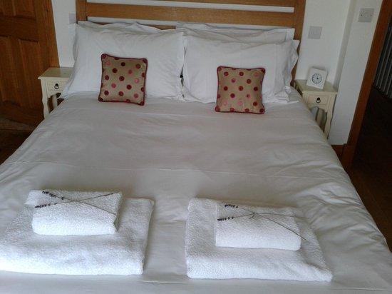 Bodhi House: mooi bed, zachte matras en goed kussen, versgeplukte lavendelbloempjes op de zachte handdoeken